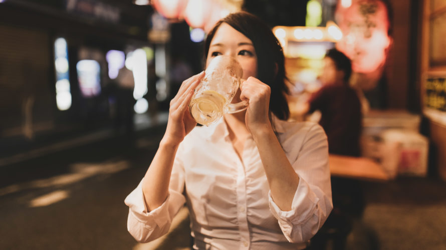 居酒屋で隣の席にタイプの人がいたら女性はどうするのか?